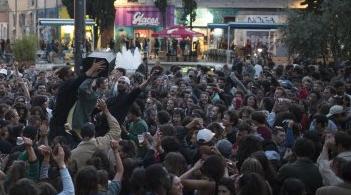 7개월만에 코로나 봉쇄 푼 프랑스..거리 몰려나온 시민들
